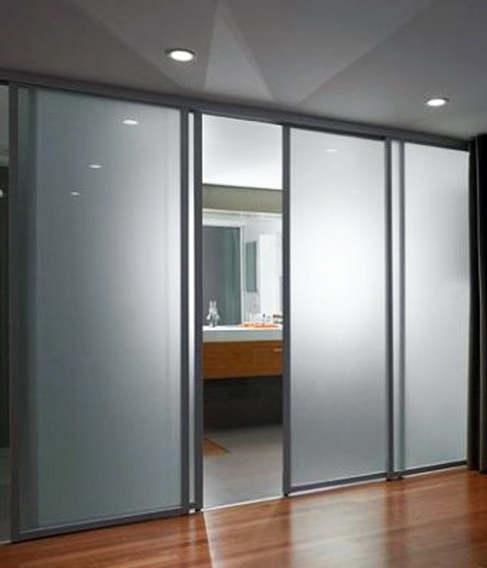 tn_frosted-glass-sliding-doors-separate-the-contemporary-bedroom-from-the-sleek-bathroom